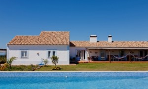 Cerca do Sul guest house is painted in the traditional Alentejo colours of white with a blue trim.